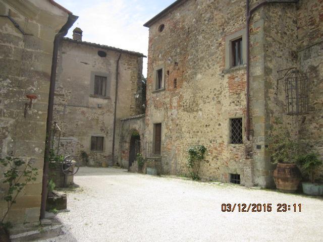 Двор замка Сорчи в ТОскане